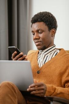 Afroamerikanermann, der von zu hause aus arbeitet