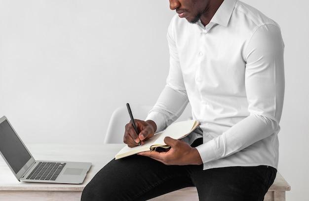 Afroamerikanermann, der vorderansicht schreibt