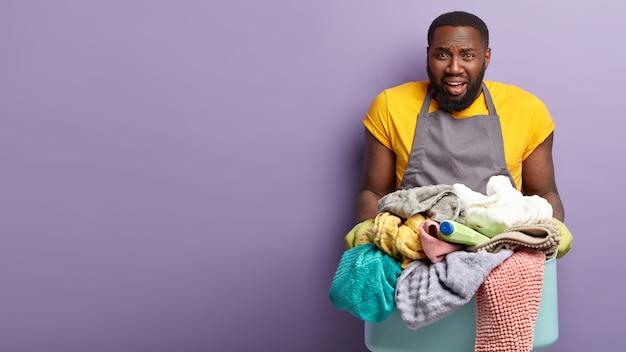 Afroamerikanermann, der wäsche macht