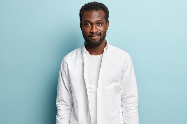 Afroamerikanermann, der weißes hemd aufwirft, das aufwirft