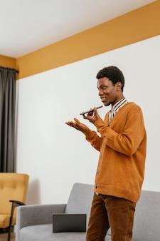 Afroamerikanermann entfernt, der von seinem haus arbeitet
