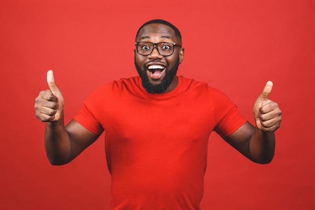 Afroamerikanermann im roten t-shirt lächelnd