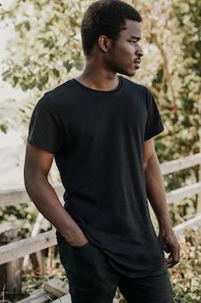 Afroamerikanermann im schwarzen t-shirt draußen
