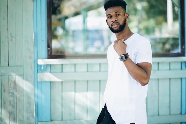 Afroamerikanermann im weißen t-shirt