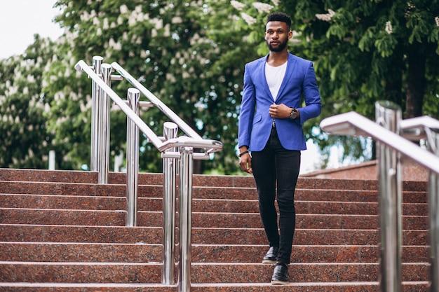 Afroamerikanermann in der blauen jacke