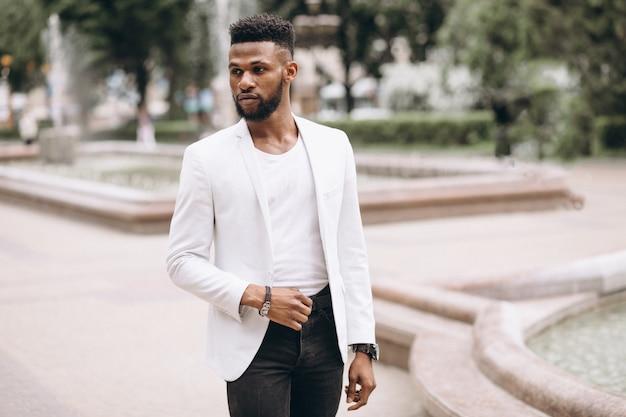 Afroamerikanermann in der weißen jacke