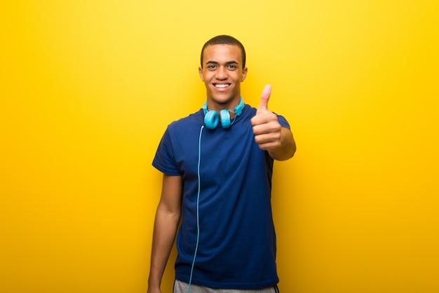 Afroamerikanermann mit blauem t-shirt