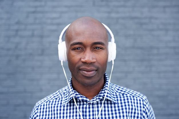 Afroamerikanermann mit kopfhörern