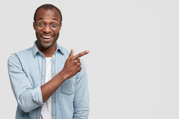 Afroamerikanermann mit runder brille und jeanshemd