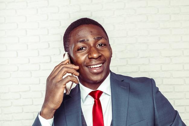 Afroamerikanermann mit smartphone