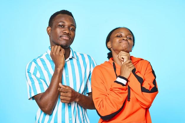 Afroamerikanerpaar, das mit der hand auf dem kinn aufwirft