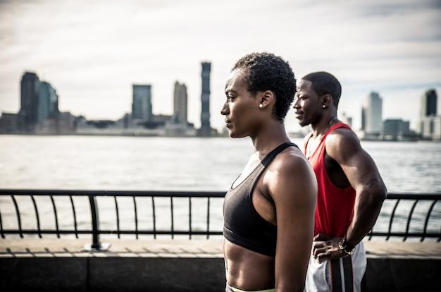Afroamerikanerpaar, das sport in new york city macht