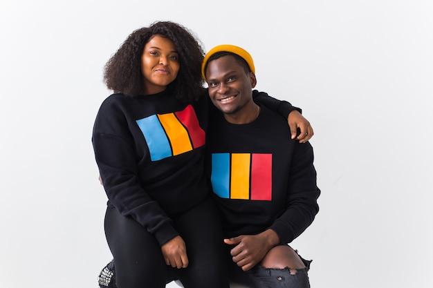 Afroamerikanerpaar in stilvollen kapuzenpullis