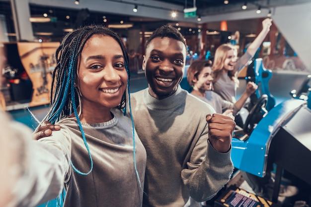 Afroamerikanerpaar nimmt selfie