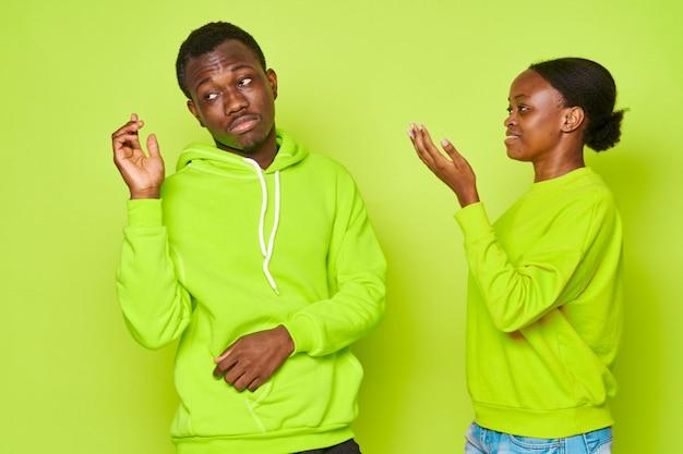 Afroamerikanerpaar spricht