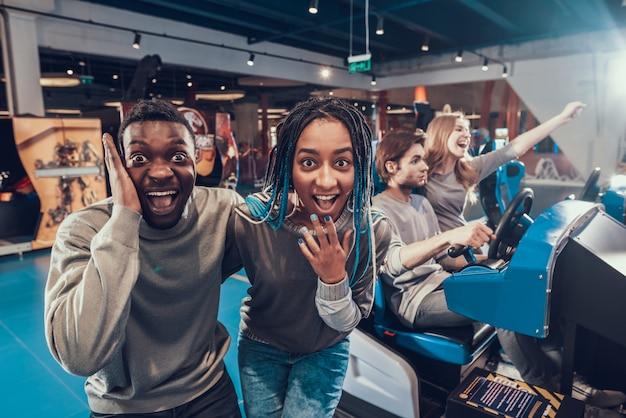Afroamerikanerpaar wirft auf kamera auf.
