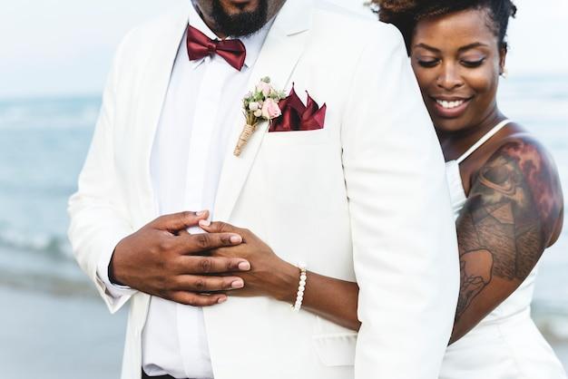 Afroamerikanerpaare, die an einer insel heiraten