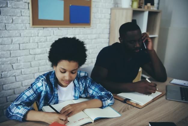 Afroamerikanerschüler, der hausaufgaben macht