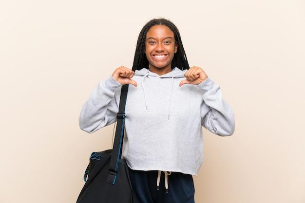 Afroamerikanersport-jugendlichmädchen mit dem langen umsponnenen haar stolz und selbstzufrieden