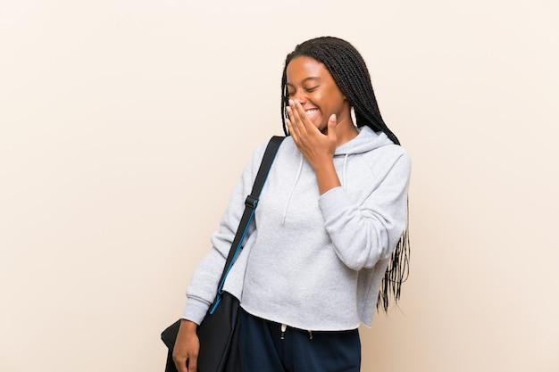 Afroamerikanersport-jugendlichmädchen mit dem langen umsponnenen haar viel lächelnd