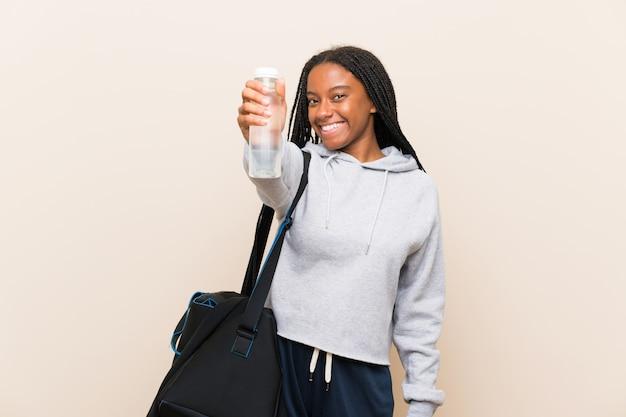 Afroamerikanersport-jugendlichmädchen mit dem langen umsponnenen haar