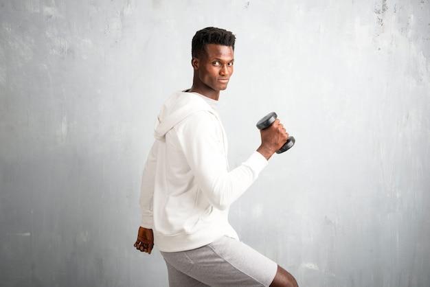 Afroamerikanersportler, der gewichtheben macht