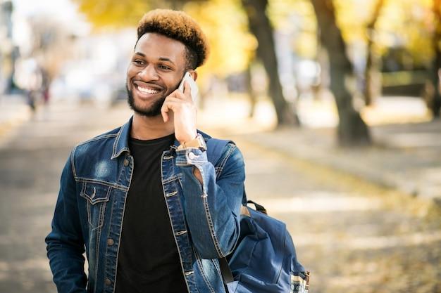 Afroamerikanerstudent mit telefon