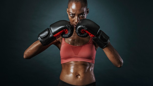 Afroamerikanische boxerin, die stark aussieht