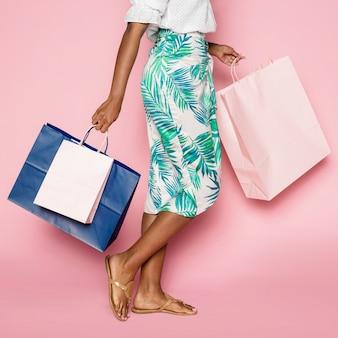 Afroamerikanische frau auf einem einkaufsbummel im sommer