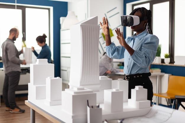 Afroamerikanische frau mit vr-brille bei der arbeit
