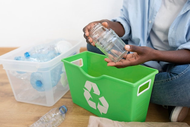 Afroamerikanische frau recycling für eine bessere umwelt