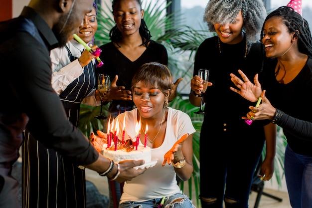 Afroamerikanische freunde feiern gemeinsam einen geburtstag im nachtclub