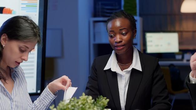 Afroamerikanische geschäftsfrau brainstorming geschäftsstrategie im besprechungsraum