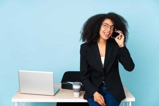 Afroamerikanische geschäftsfrau, die an ihrem arbeitsplatz arbeitet