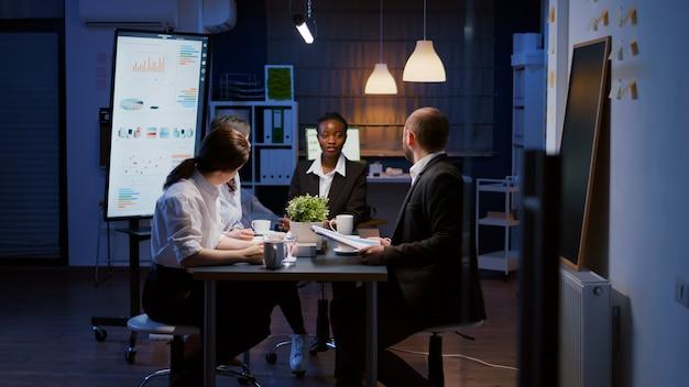 Afroamerikanische managerin diskutiert präsentation von finanzdiagrammen financial
