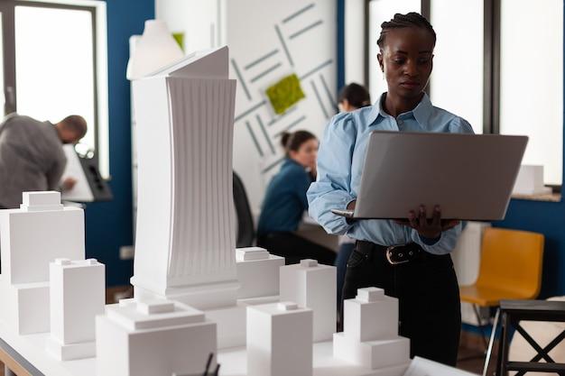 Afroamerikanischer architekt am geschäftsarbeitsplatz