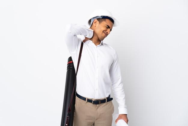 Afroamerikanischer architektenmann mit helm und blaupausen über isolierter weißer wand mit nackenschmerzen