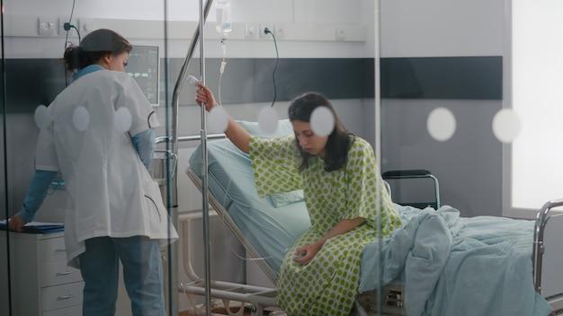 Afroamerikanischer assistent mit facharzt, der patienten hilft