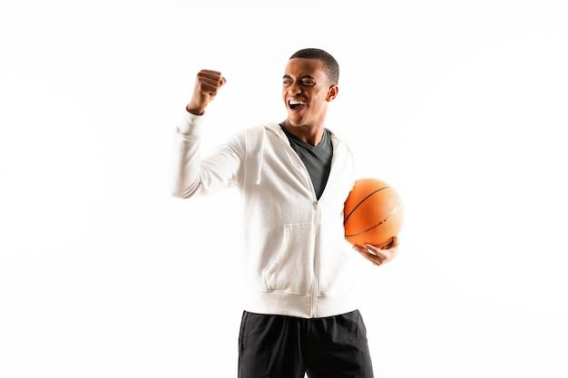 Afroamerikanischer basketball-spielermann über getrenntem weiß
