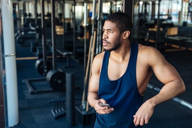 Afroamerikanischer bodybuilder, der seine gedanken nach einem training im fitnessstudio sammelt collecting
