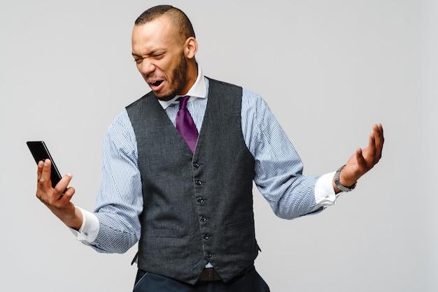 Afroamerikanischer geschäftsmann, der auf handy spricht - stress und negativität.
