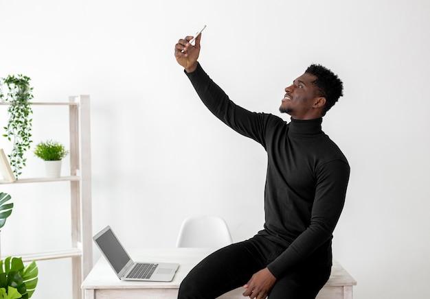 Afroamerikanischer geschäftsmann, der ein foto macht
