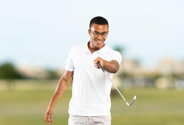 Afroamerikanischer golfspielermann an draußen