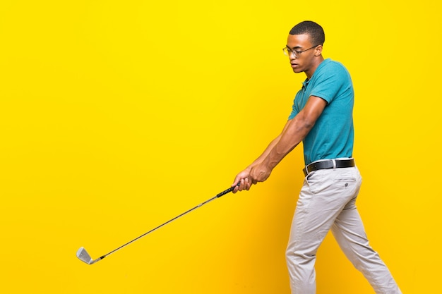 Afroamerikanischer golfspielermann