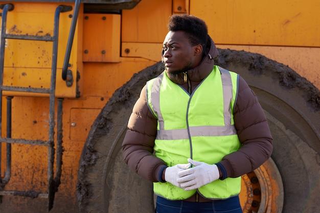 Afroamerikanischer industriearbeiter