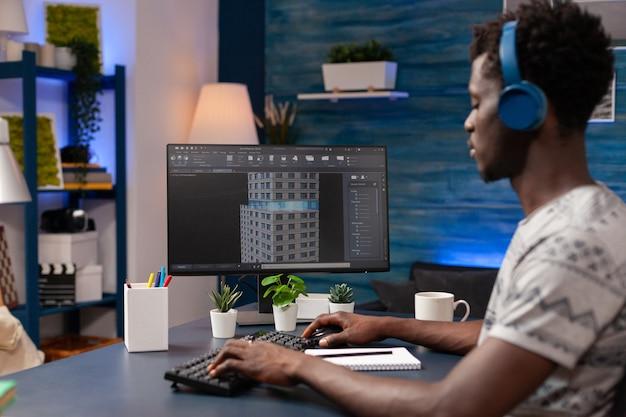 Afroamerikanischer ingenieur mit kopfhörern, der architekturskizze analysiert