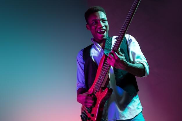Afroamerikanischer jazzmusiker, der bassgitarre spielt