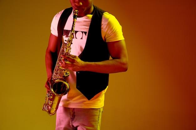 Afroamerikanischer jazzmusiker, der saxophon spielt