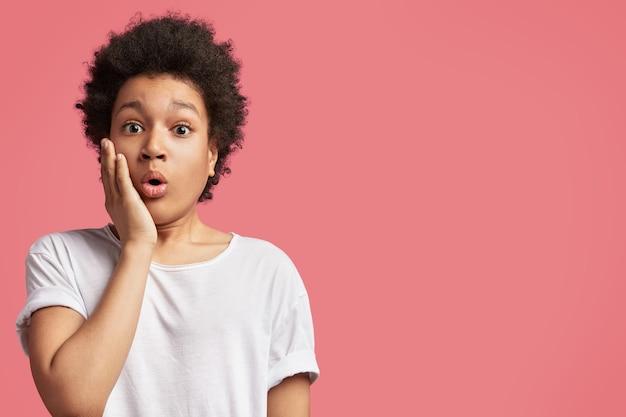 Afroamerikanischer junge mit lockigem haar