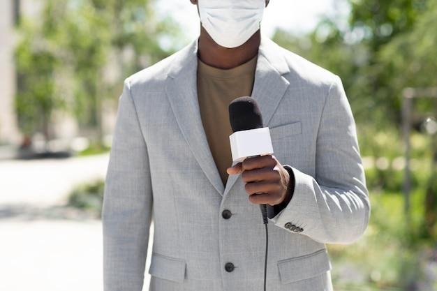Afroamerikanischer männlicher journalist